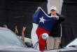 Donald Trump brandit un drapeau du Texas, lors d'une visite dans une caserne de pompiers à Corpus Christi, mardi 29 août.