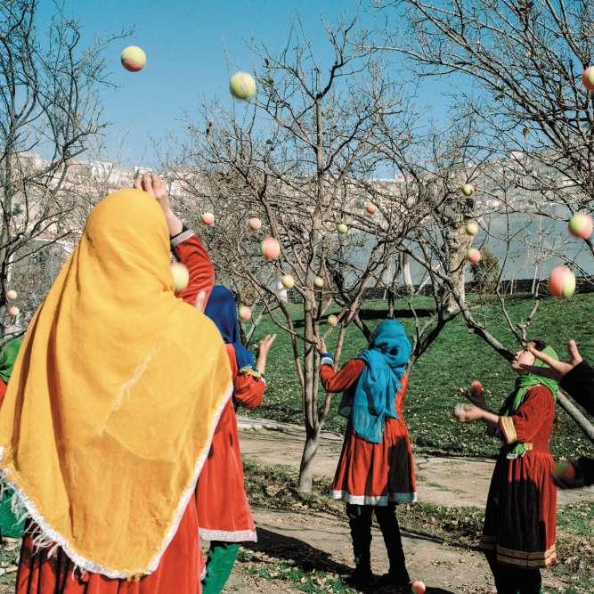 Kaboul, 2016. La troupe de jeunes filles de l'Afghan MobileMini Circus for Children (MMCC) répète juste avant un spectacle dans un parc de la ville. Les représentations devant un public masculin leur apportent fierté et confiance en soi.