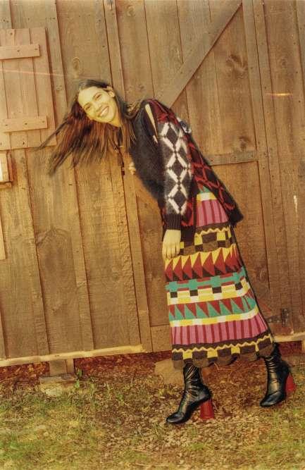 Pull en angora, Versace. Jupe en laine, mohair et alpaga, Andreas Kronthaler for Vivienne Westwood Unisex. Bottes, MM6.