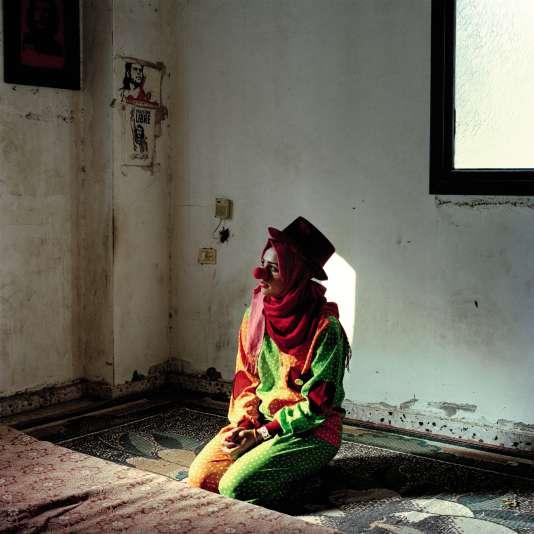 Dans la bande de Gaza, avril 2016. Besan, 21 ans, intervient comme clown auprès d'enfants malades. Elle vit avec sa famille dans le camp de Nuseirat et veut devenir journaliste.