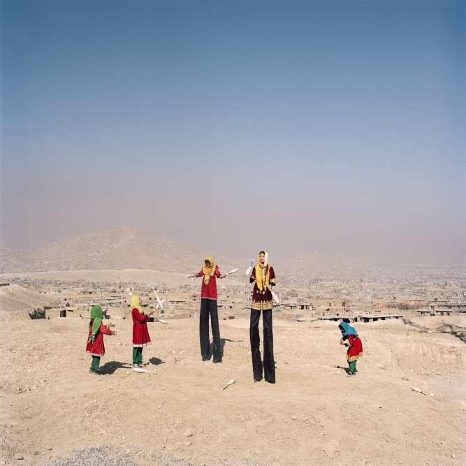 Kaboul (Afghanistan), 2016. Rabia, 12 ans, et Nadia, 14 ans (sur les échasses), font partie d'une troupe créée en 2013. Le cirque leur permet d'échapper aux rôles traditionnels assignés aux femmes.