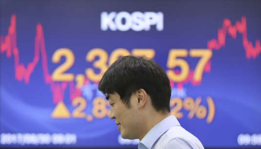 Un tradeur dans la salle du marché des changes de Séoul, en Corée du Sud, le 30 août.
