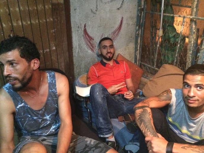 Les acteurs Brahim Derris, Abdelhamid Ameur et Mohamed Hamana, durant le tournage d'une scène du film « Les Bienheureux», de Sofia Djama.