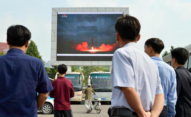 Le tir de missile balistique diffusé sur un écran géant à Pyongyang, Corée du Nord, le 30 août.