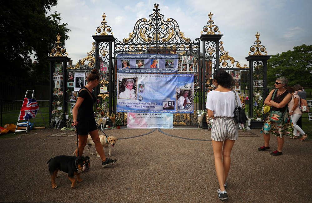 Devant les grilles du palais londonien, bouquets, messages et photos commençaient déjà à s'accumuler mardi, vingt ans après la mer de fleurs qui y avait été déposée par des millions de personnes éplorées.