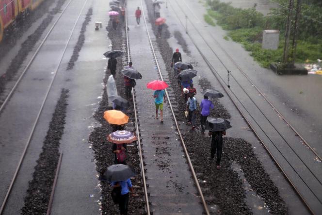 Les voies ferroviaires inondées sont devenues inutilisables, à Bombay (Inde), le 29 août.