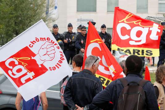 Des membres de la CGT dénoncent la réforme du code du travail lors du forum estival du Medef àJouy-en-Josas, le 30 août.
