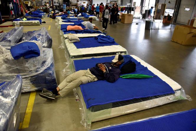 Des personnes évacuées dans un abri ouvert à Houston, mardi 29 août.