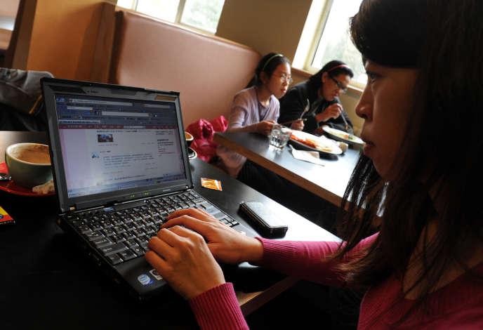 Une femme surfe sur le réseau social chinois Weibo, à Pékin, en 2012.