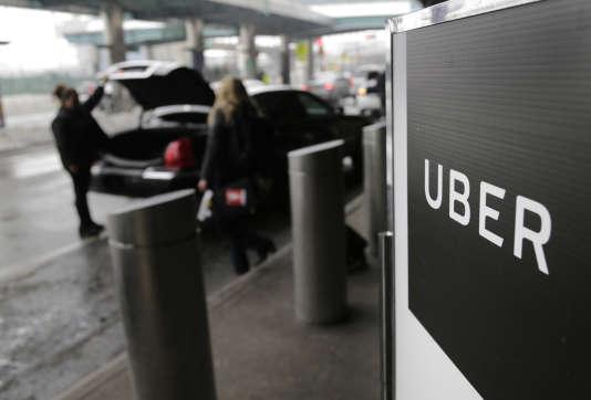 Un chauffeur prend une cliente en charge à l'aéroport La Guardia de New York, en mars.