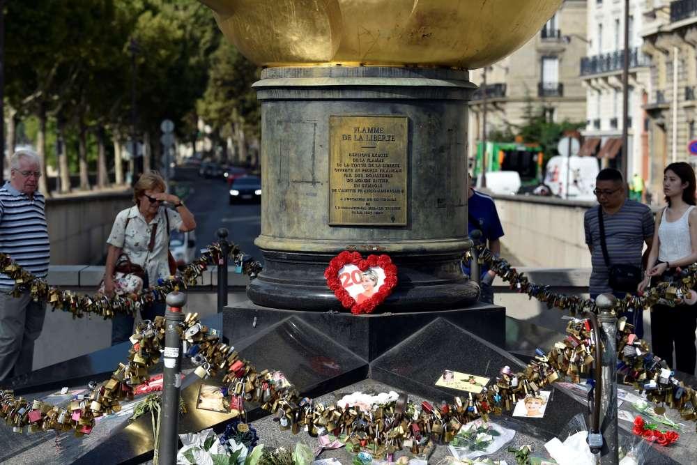 La statue de la Flamme de la liberté est devenue le mémorial non officiel de Ladi Di àParis.