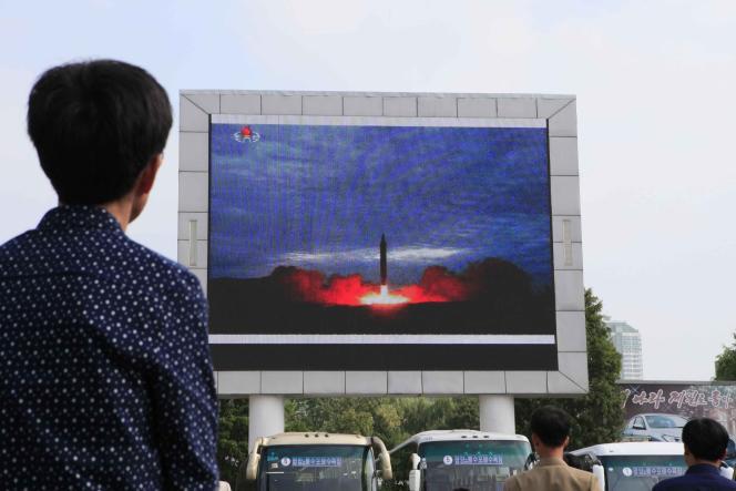 Un tir de missile balistique diffusé sur un écran géant à Pyongyang, Corée du Nord, le 30 août.