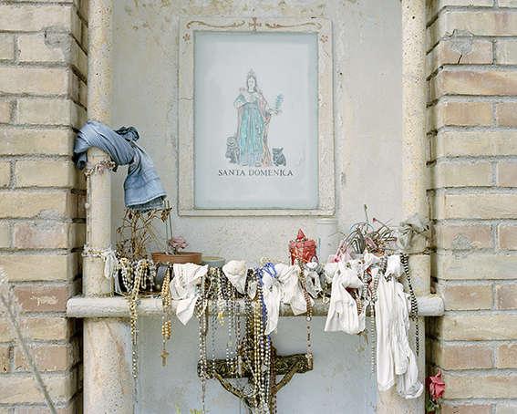 Un autel érigé en bordure de route pour honorer Sainte Dominique, «la Madonna dello Scoglio».