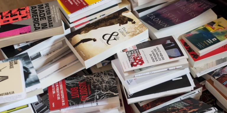Livres posés dans le bureau Chez François Busnel, le 25 août 2017.