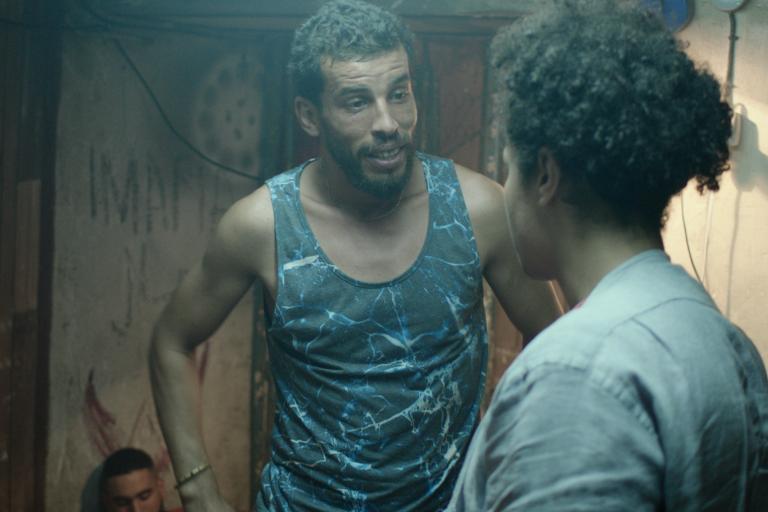 Les acteurs Brahim Derris et Amine Lansari, de dos, image extraite du film «Les Bienheureux», de Sofia Djama.