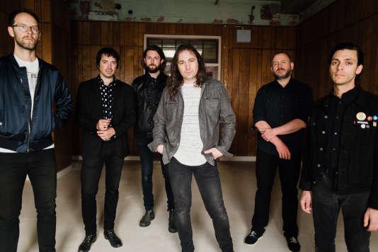 Adam Granduciel (au centre), du groupe de rock américain The War on Drugs.