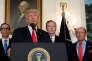 Donald Trump, le 14 août à Washington, avec, de gauche à droite, Steven Mnuchin (secrétaire au Trésor), Robert Lighthizer (représentant au commerce) et Wilbur Ross (secrétaire du commerce).