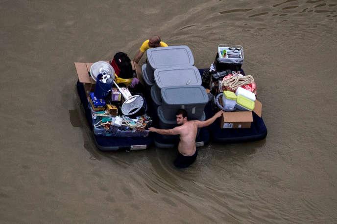 Des habitants de Houston tentent de sauver quelques affaires, le 30 août 2017, après le passage de la tempête Harvey.