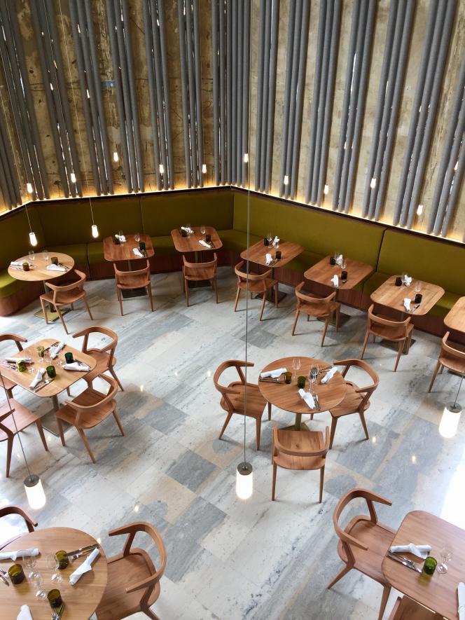 Les Grands Verres abrite un espace de «finger food»/vente à emporter, un bar consacré aux cocktails et un restaurant.