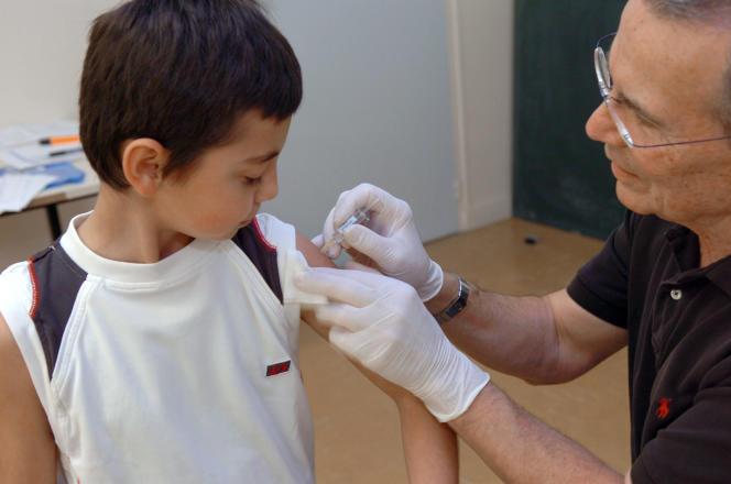 Le docteur Deschamps vaccine un élève de l'école Aigueperse de Limoges contre la méningite de typeC, en mars 2007.