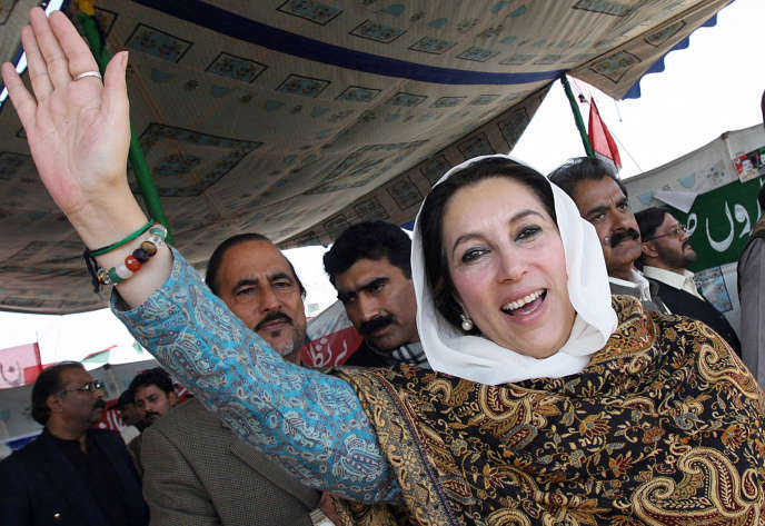A l'époque candidate du Parti du peuple pakistanais (PPP) aux élections législatives, Benazir Bhutto a été assassinée le 27 décembre 2007, à 54 ans, par une attaque suicide, en plein meeting électoral.