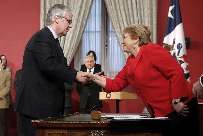 La présidente du Chili, Michelle Bachelet, acueille le nouveau ministre des finances, Nicolas Eyzaguirre, au palais présidentiel de La Moneda, à Santiago, le 31 août 2017. JAVIER TORRES /ATON CHILE /AFP