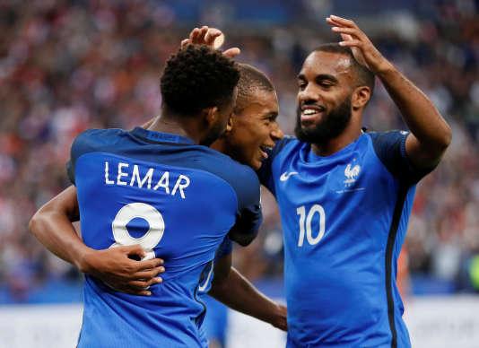 Thomas Lemar, Kylian Mbappé et Alexandre Lacazette fêtent le premier but inscrit par le néo-Parisien sous les couleurs de l'équipe de France.