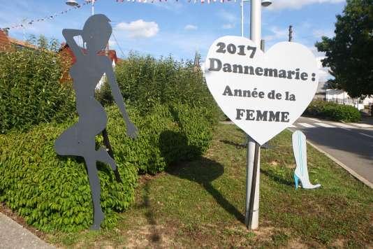 Une des silhouettes disposées à Dannemarie (Haut-Rhin), le 26 juillet.