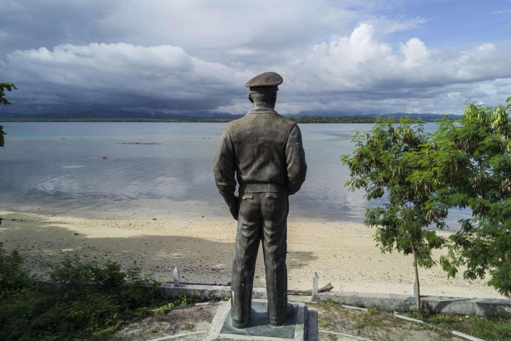 Sur l'île de Zum Zum, une statue du général Mc Arthur face à l'île de Morotai, érigée en mémoire de celui qui reprit Morotai aux forces japonaises en septembre 1944 et en fit une base pour la reconquête des Philippines.