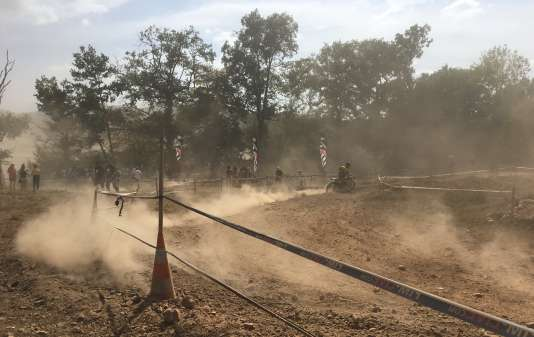 La poussière recouvre concurrents, spectateurs et bénévoles indifféremment, le 29 août à Brive, lors des ISDE 2017.