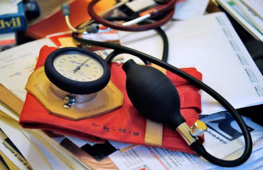 Un stéthoscope dans le bureau d'un médecin, le 25 septembre 2012, en France.