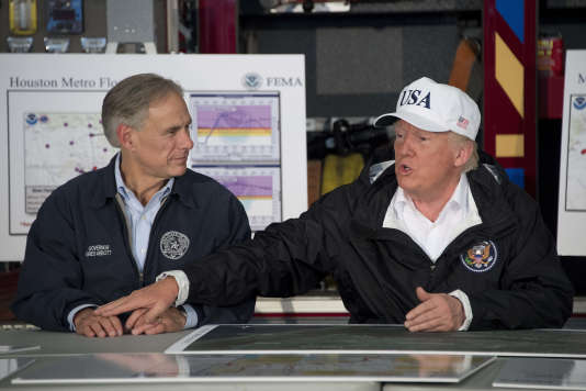 Greg Abbott, le gouverneur du Texas, avec le président Donald Trump, à Corpus Christi, près de Houston, le 29août.