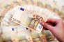 Une employée montre un billet de 50 euros dans une banque de Sarajevo.