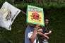 Un manifestant contre le glyphosate à Foix (Ariège), le 17 août.