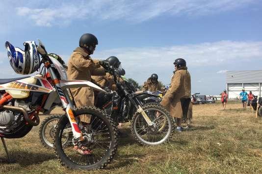 Six motards de l'île de Mann refont, chaque jour, après les concurrents, le circuit des Internationaux d'enduro 2017.