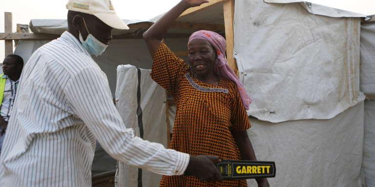 Mesure de sécurité à l'entrée du centre de santé du camp de réfugiés de Minawao, au Cameroun, le 15 mars 2016.