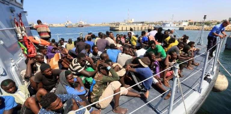 Des migrants recueillis par les gardes-côtes libyens arrivent au port de Tripoli, le 28 août 2017.