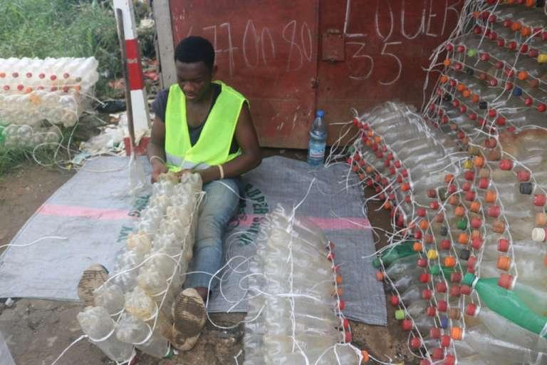 Dans l'atelier de production des pirogues écologiques, à Douala, au Cameroun.