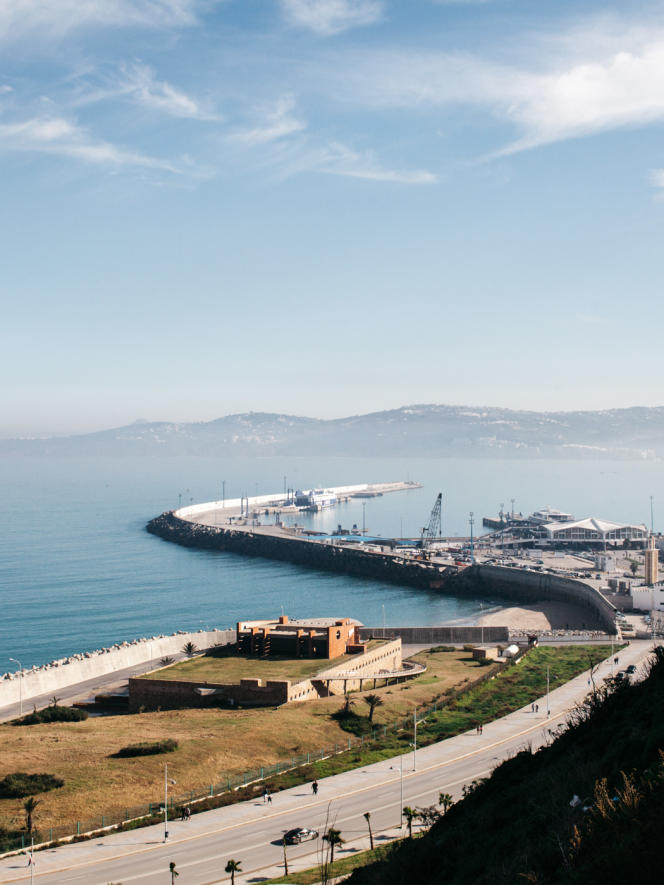 Vue sur le port de Tanger depuis la place des rêveurs.