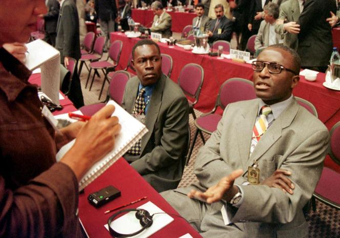 Barnabé Kikaya Bin Karubi (à droite) en août 1998, à Durban (Afrique du Sud), lorsqu'il était ambassadeur de RDC au Zimbabwe.