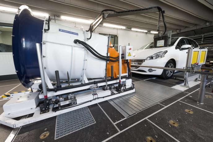 Un véhicule Peugeot sur un banc d'essai climatique à rouleaux, à l'autodrome de Linas Montlhéry, en 2015.