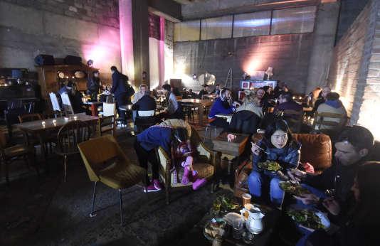 Le restaurant squat «Freegan Pony», dans le 19earrondissement de Paris,qui sert des .,