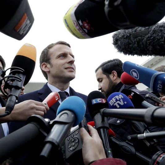 L'ancien ministre de l'économie et candidat à l'élection présidentielle Emmanuel Macron, s'adresse aux médias à Berlin, en Allemagne, le jeudi 16 mars 2017.