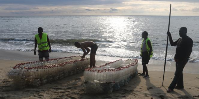 Les pirogues écologiques d'Ismaël Essome sur la plage de Londji, près de Kribi, au Cameroun.