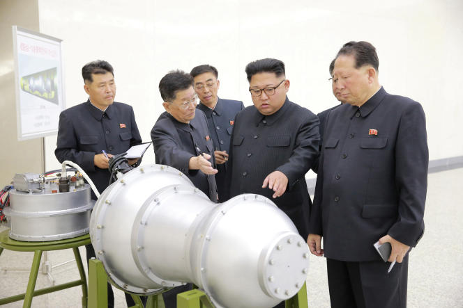 Une image de l'agence centrale de presse nord-coréenne montre Kim Jong-un inspectant ce qu'il dit être une bombe H, à Pyongyang, le 3 septembre.