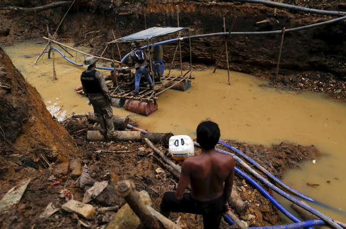 Une mine d'or illégale sur des territoires indigènes, au coeur de l'Amazonie, dans l'état de Roraima, au Brésil, en avril 2016.