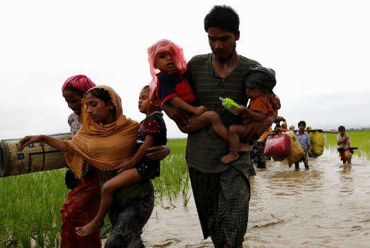 Des réfugiés rohingya tentent de passer la frontière du Bangladesh le 1er septembre 2017.