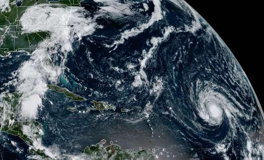 Images du NOAA montrant l'ouragan Irma (dans le coin droit de l'image) et les restes de l'ouragan Harvey (en haut à gauche), le 2 septembre.