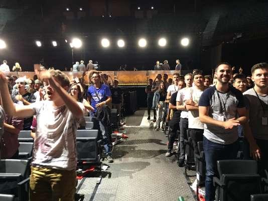 Le parterre se lève en fin de match pour saluer le joli affrontement entre H2K et Fnatic.