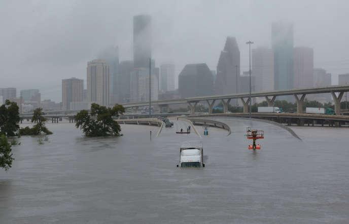 Vue sur la ville de Houston depuis la route 45, au Texas, après la tempête Harvey, le 27 août.